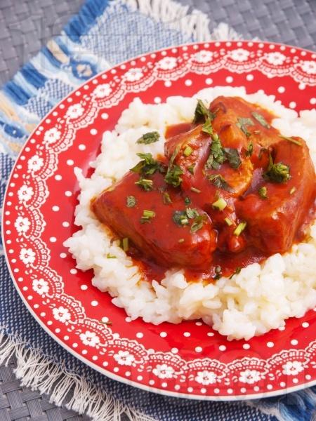 Задушено свинско месо с доматен сос върху канапе от варен ориз - снимка на рецептата